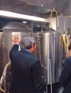 ブルワリーの前で解説するアウグスビール代表の坂本